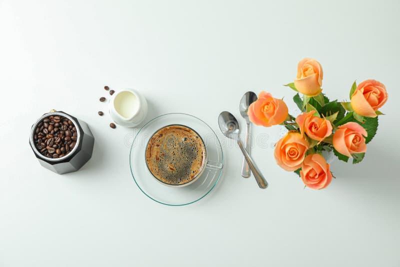 Composici?n puesta plana con los accesorios del tiempo del caf? en el fondo blanco, espacio para el texto imagen de archivo libre de regalías