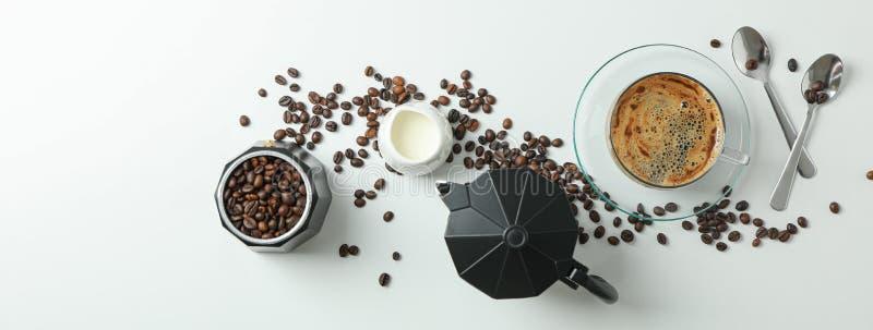 Composici?n puesta plana con los accesorios del tiempo del caf? en el fondo blanco, espacio para el texto fotografía de archivo libre de regalías