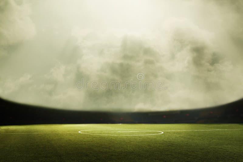 Composit de Digital de terrain de football et de ciel nuageux images stock