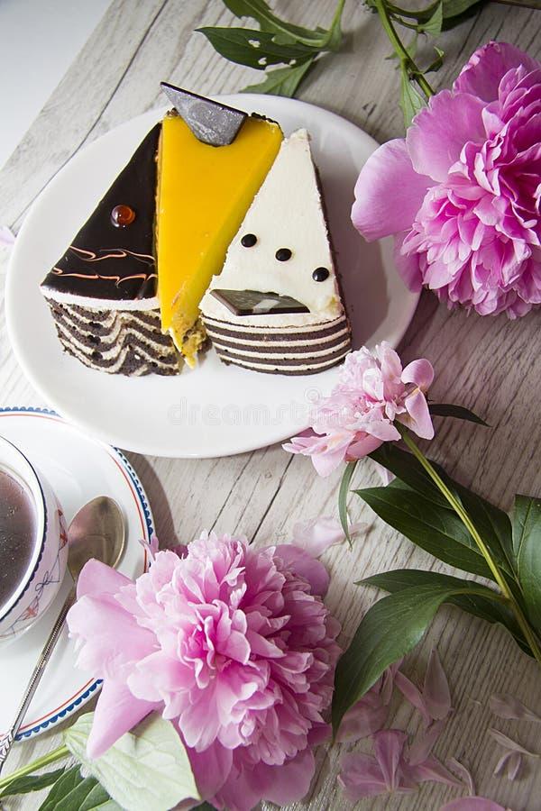 Compositiom romántico del postre con la peonía y los pasteles de queso fotos de archivo libres de regalías