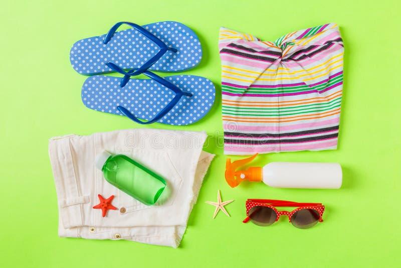 Composition étendue plate avec des accessoires de plage sur le fond de couleur verte Fond de vacances d'?t? Les articles de vacan photo stock