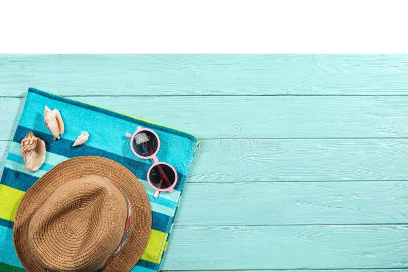 Composition étendue plate avec des accessoires de plage sur le fond en bois images libres de droits