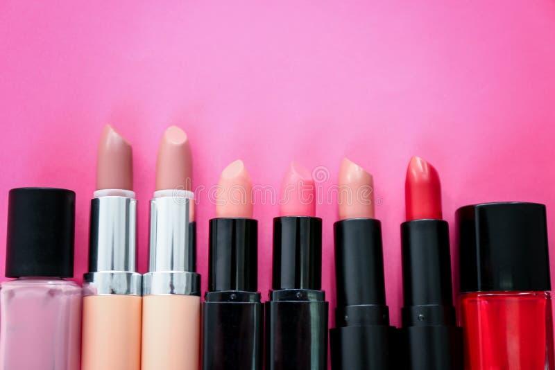 Composition étendue plate avec différents rouges à lèvres et vernis à ongles sur le fond de couleur Cosm?tique professionnel images stock
