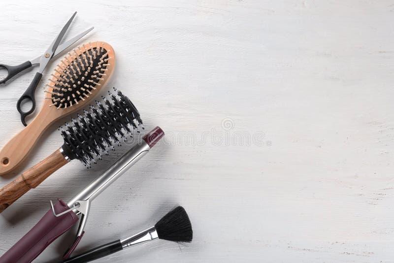 """Composition étendue plate avec l'ensemble de coiffeur \ de """"outils de s sur le fond clair images stock"""