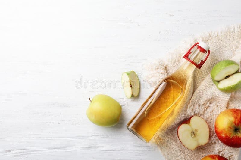 Composition étendue plate avec la bouteille de vinaigre et de l'espace de pomme pour le texte image stock