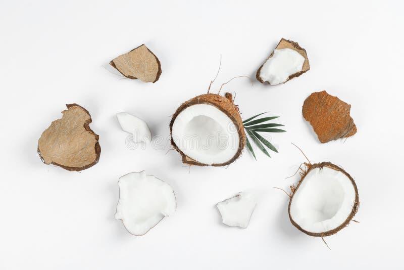 Composition étendue plate avec la noix de coco fendue et ses morceaux photographie stock libre de droits