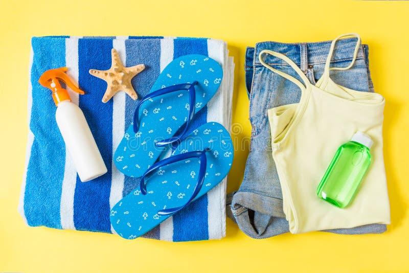 Composition étendue plate avec les accessoires bleus de plage sur le fond jaune de couleur Fond de vacances d'?t? Articles de vac images libres de droits