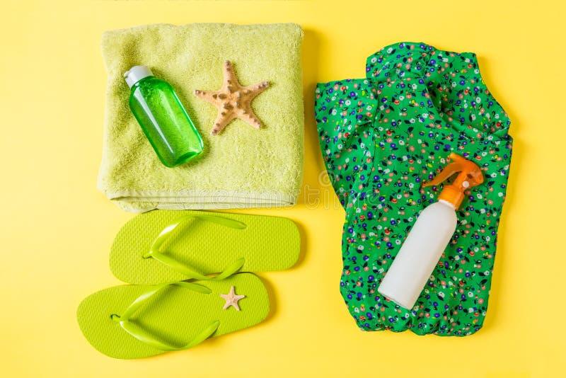 Composition étendue plate avec les accessoires verts de plage sur le fond jaune de couleur Fond de vacances d'?t? Articles de vac image stock