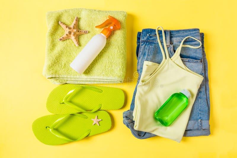 Composition étendue plate avec les accessoires verts de plage sur le fond jaune de couleur Fond de vacances d'?t? Articles de vac image libre de droits