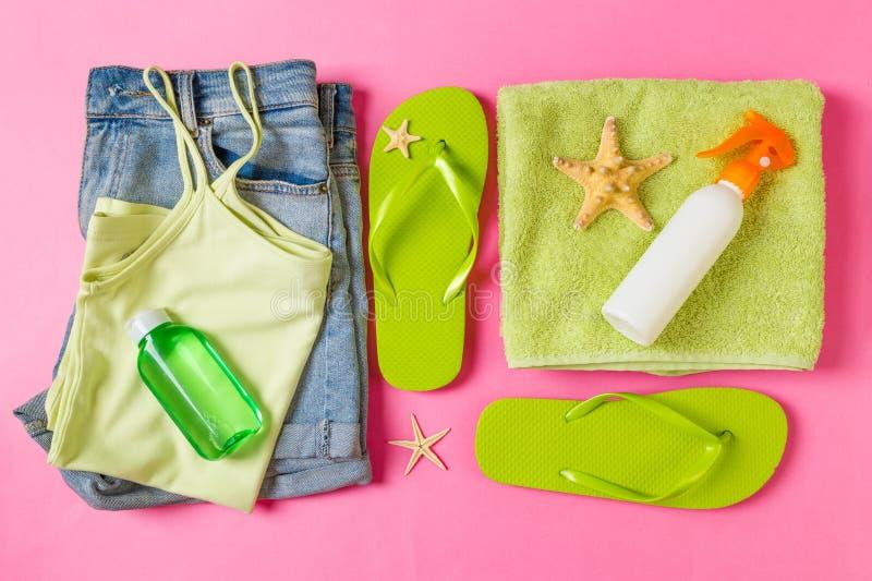 Composition étendue plate avec les accessoires verts de plage sur le fond rose ou de corail de couleur Fond de vacances d'?t? Vac images stock