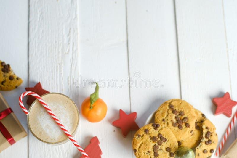 Composition étendue plate avec les biscuits, le décor et le cacao de Noël sur la table blanche images stock
