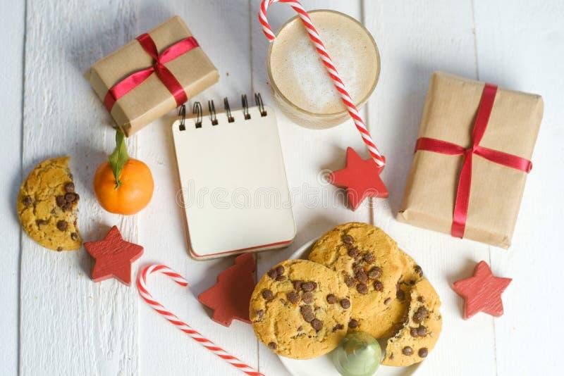 Composition étendue plate avec les biscuits, le décor et le cacao de Noël sur la table blanche photo libre de droits