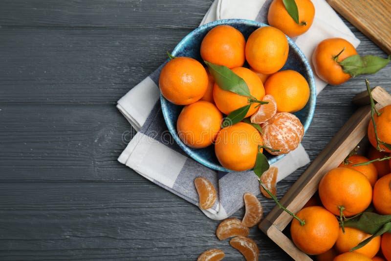 Composition étendue plate avec les mandarines mûres fraîches sur le fond en bois photographie stock