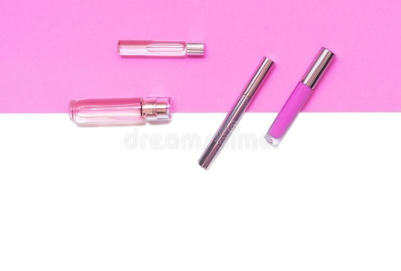 Composition étendue plate avec les produits de maquillage décoratifs et parfume sur le fond blanc lilas et d'isolement Maquillage images libres de droits
