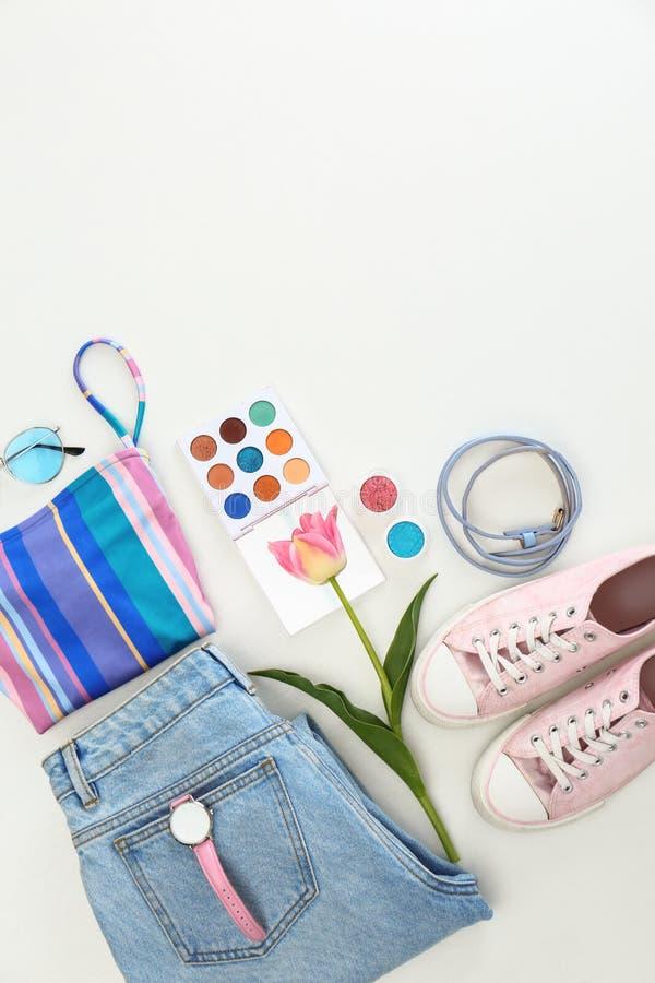 Composition étendue plate avec les vêtements et les accessoires élégants d'été sur le blanc images libres de droits