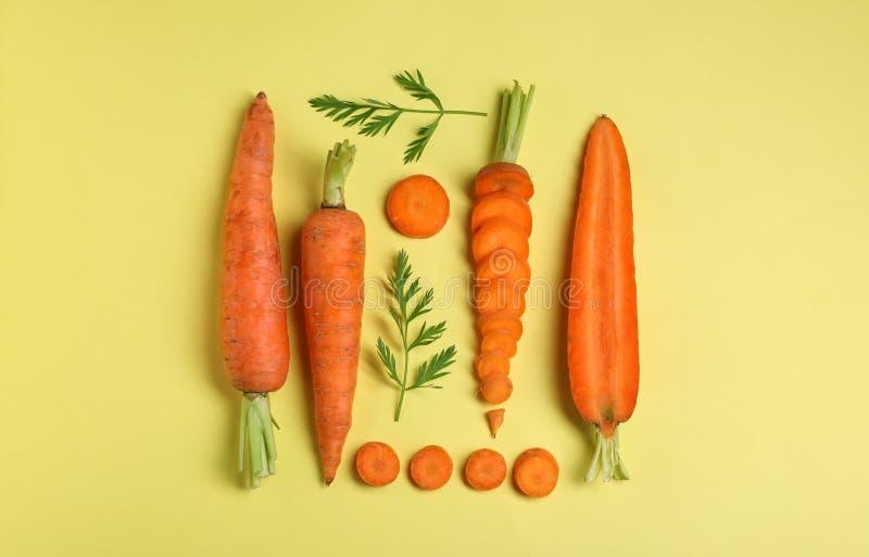 Composition ?tendue plate cr?ative avec les carottes m?res fra?ches image libre de droits