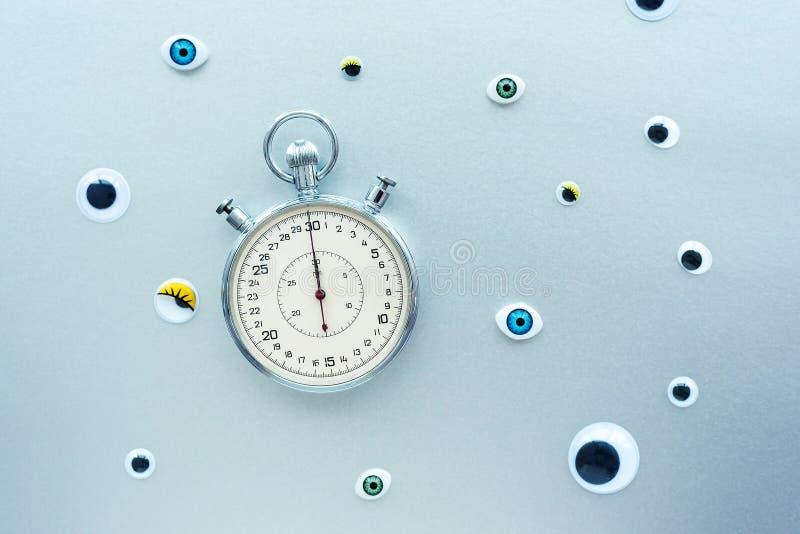 Composition abstraite avec chronomètre et yeux Créer un concept avec le temps, les dates limites, le stress, le vieillissement images stock