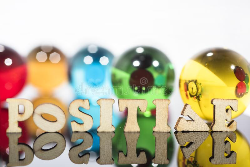 Composition abstraite avec les boules en verre transparentes et les lettres en bois photos libres de droits