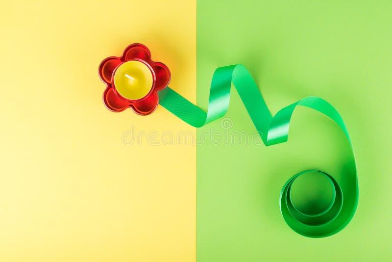 Composition abstraite de chandelier en forme de fleur en verre rouge et de ruban vert photo libre de droits