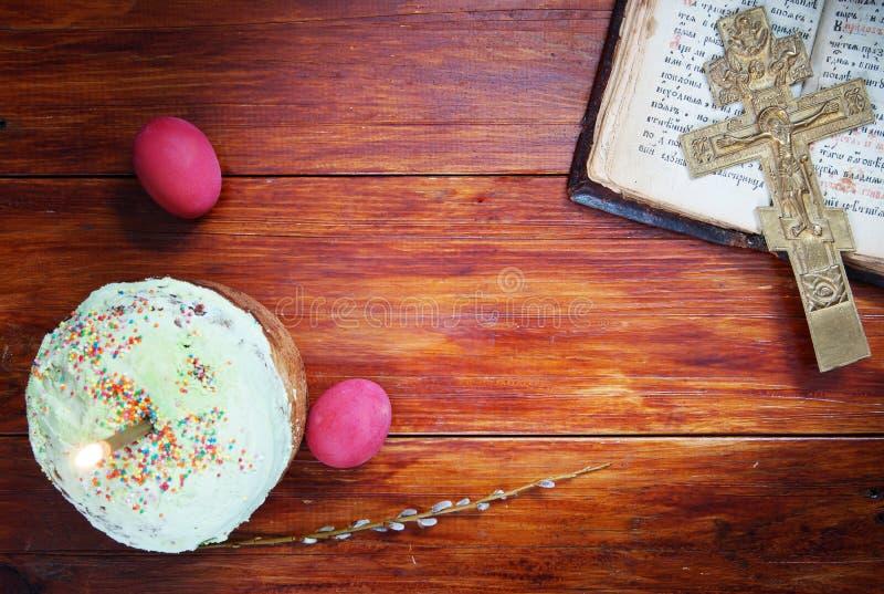 Composition au sujet de Christian Easter avec les oeufs et la bougie brûlante photographie stock