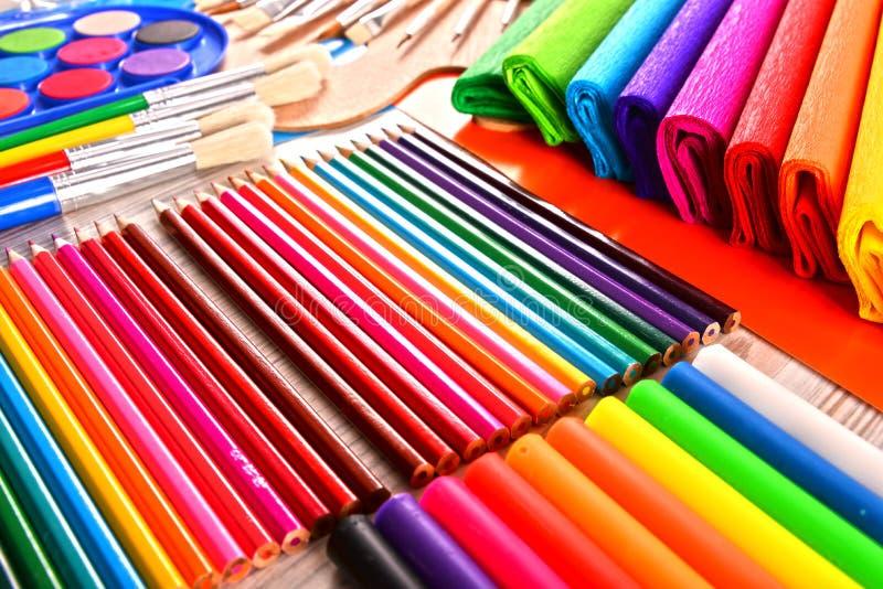 Composition avec des accessoires d'école pour peindre et dessiner photos libres de droits