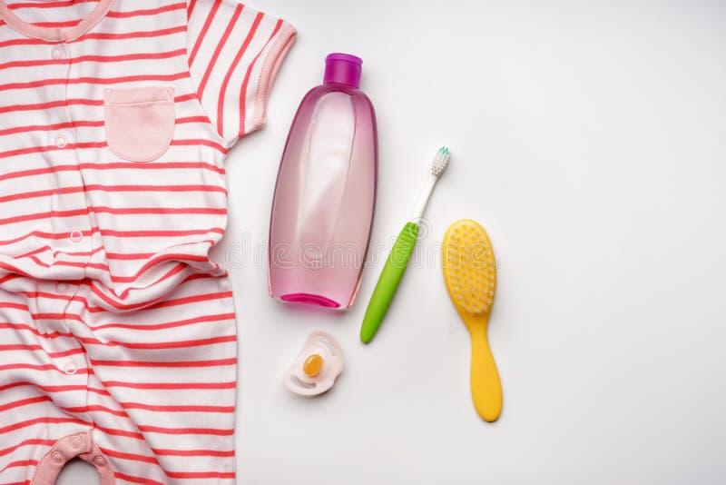 Composition avec des accessoires de soin de bébé sur le fond blanc image stock
