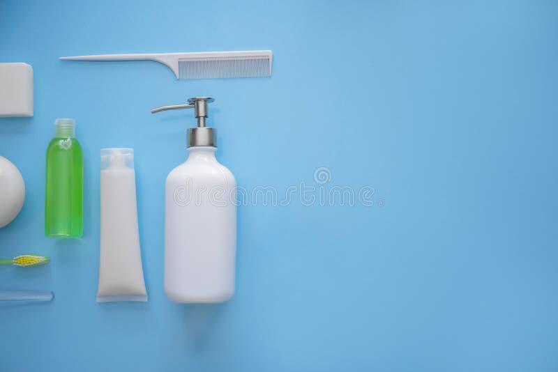 Composition avec des agréments de salle de bains sur le fond de couleur photographie stock