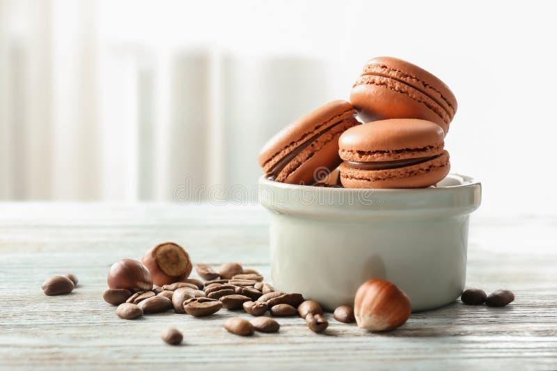 Composition avec des macarons de chocolat sur la table en bois sur le fond léger photo stock