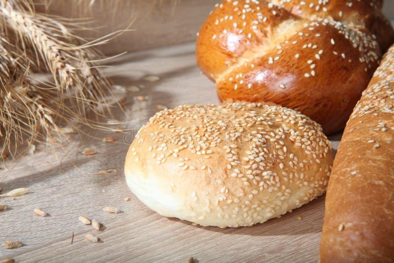 Composition avec des miches de pain et des petits pains photos stock