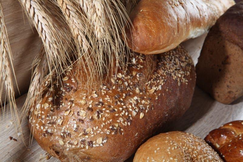 Composition avec des miches de pain et des petits pains image libre de droits