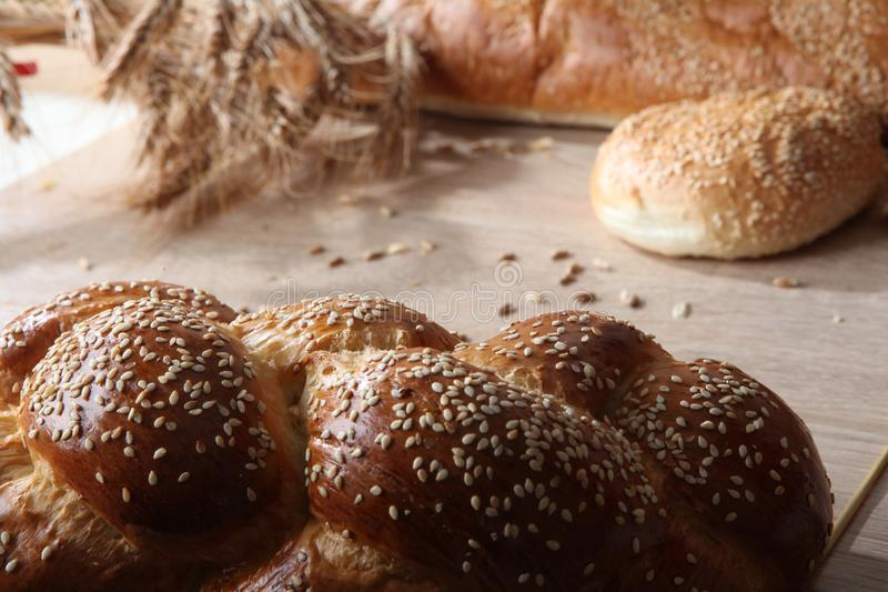 Composition avec des miches de pain et des petits pains photographie stock