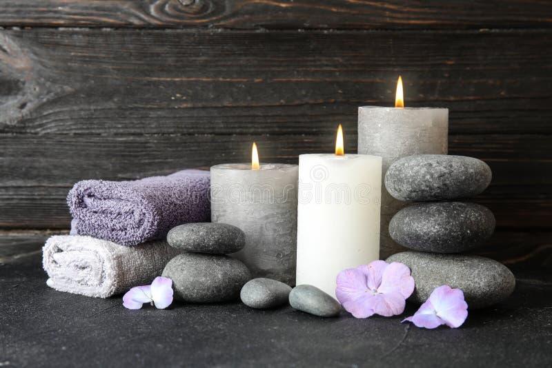 Composition avec des pierres, des serviettes et des bougies de zen sur la table photos stock