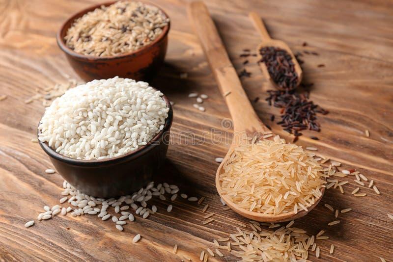 Composition avec différents types de riz sur le fond en bois photo stock
