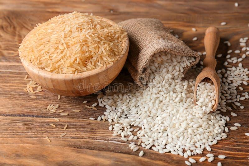 Composition avec différents types de riz sur le fond en bois image libre de droits