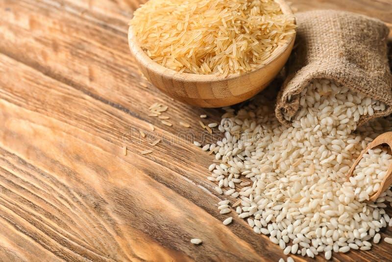 Composition avec différents types de riz sur le fond en bois images libres de droits