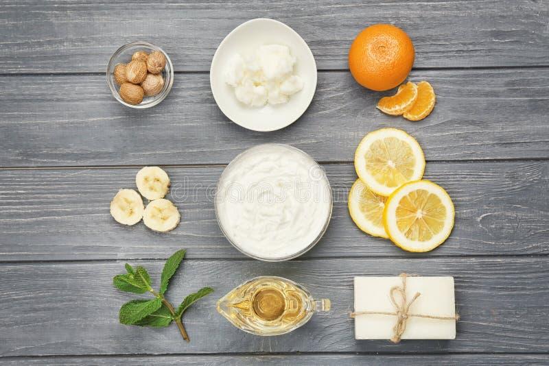 Composition avec du beurre de karité et des ingrédients pour la crème faite maison images libres de droits