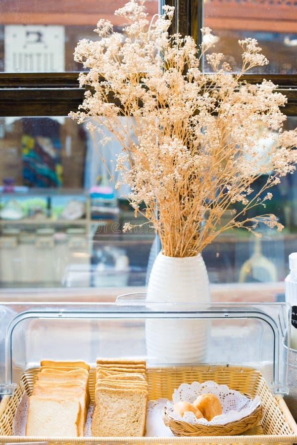 Composition avec du pain et des roulis dans le panier en osier image libre de droits