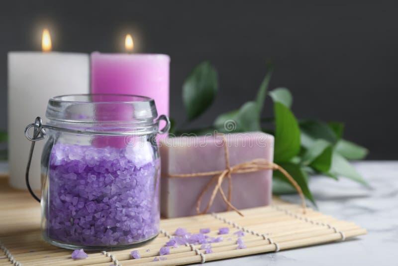 Composition avec du sel aromatique, le tapis de savon et en bambou fait main sur la table image libre de droits