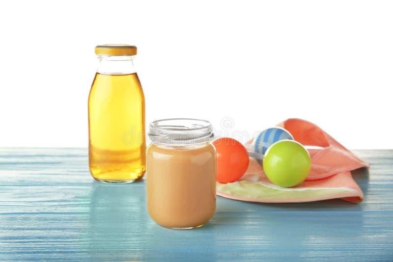 Composition avec l'aliment pour bébé délicieux sur la table en bois photos stock
