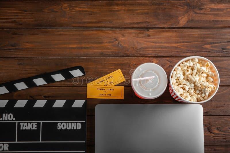 Composition avec l'ordinateur portable, les billets de film et le bardeau photo libre de droits