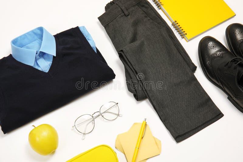 Composition avec l'uniforme scolaire pour le garçon photographie stock libre de droits