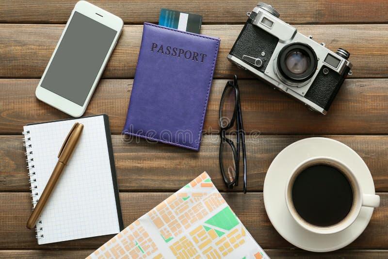 Composition avec la carte, le téléphone portable, la caméra de photo et le passeport sur le fond en bois Planification de voyage photos libres de droits