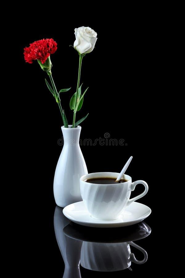 Composition avec la tasse du café, de la rose de blanc et de l'oeillet rouge dessus photo stock