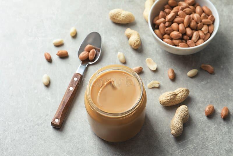 Composition avec le beurre d'arachide crémeux et les écrous frais image stock