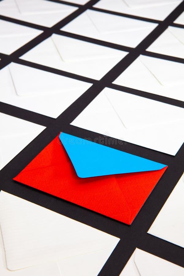 Composition avec le blanc et deux enveloppes de couleur sur la table photos libres de droits