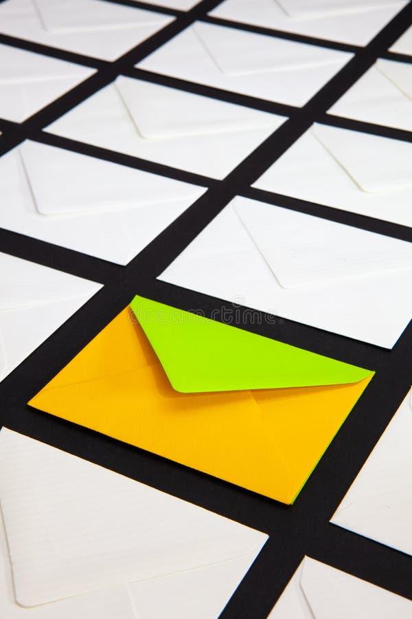 Composition avec le blanc et deux enveloppes de couleur sur la table image libre de droits