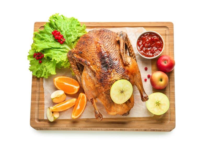 Composition avec le canard rôti savoureux pour le dîner de Noël sur le fond blanc images stock