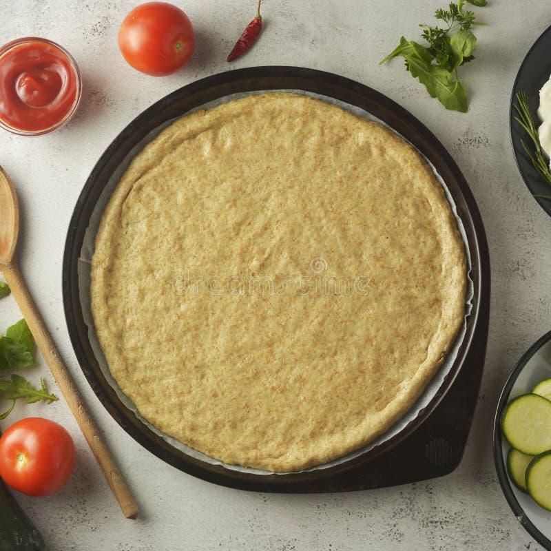 Composition avec le dought cru et ingrédients frais pour la pizza d'isolement sur le fond foncé Copiez l'espace Image carrée pour images stock