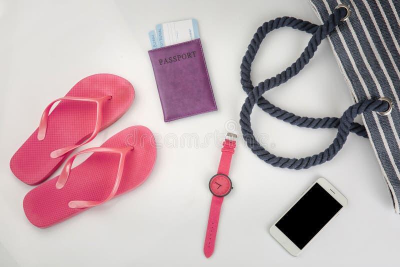 Composition avec le passeport, le smartphone et les accessoires sur le fond blanc Concept de planification de voyage image libre de droits