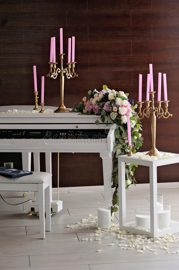 Composition avec le piano et les bougies blancs images libres de droits
